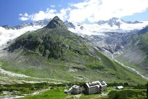Die denkmalgeschützte Schutzhütte Berliner Hütte in den Zillertaler Alpen ©Berliner Hütte