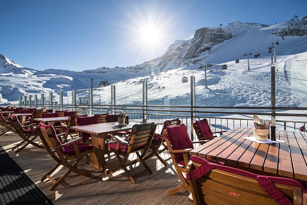Panoramaterasse mit Blick auf die Zillertaler Bergwelt - die Tuxer Fernerhütte