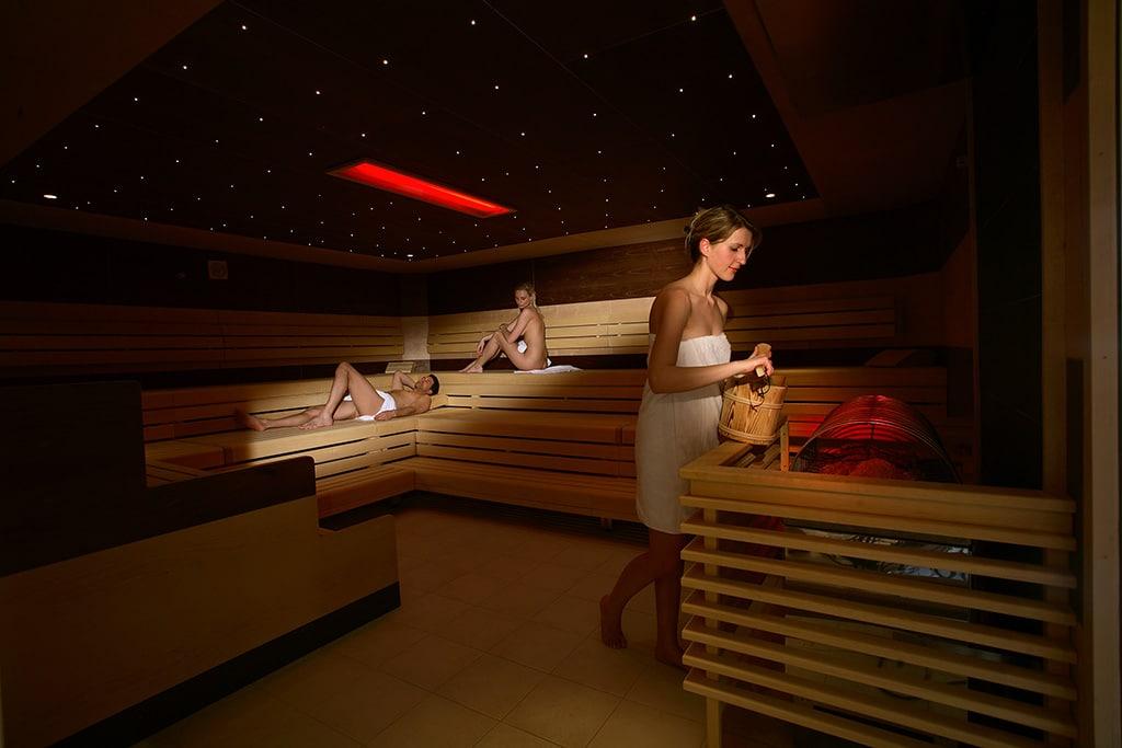 Sauna in der Erlebnistherme Fügen: Infrarot-Sauna, 40 -45°; Wände beheizt; Wärmestrahler im Fußbereich